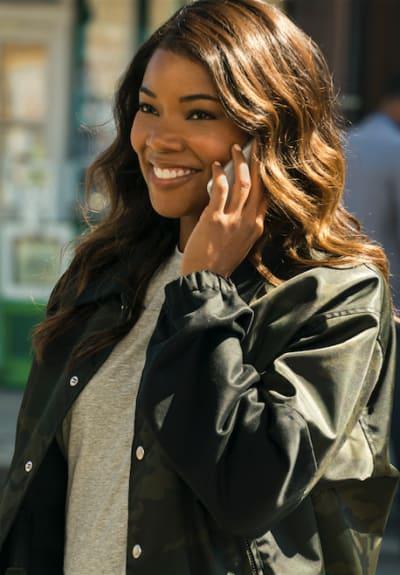Burnett phone - LA's Finest Season 1 Episode 2